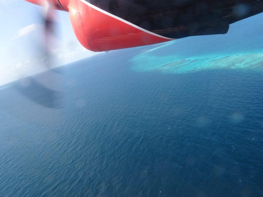 水上飛行機からのモルディブの景色