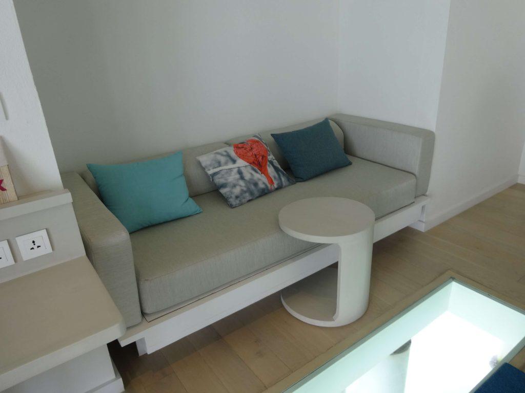 ソファは広くゆったりとくつろぐことができます