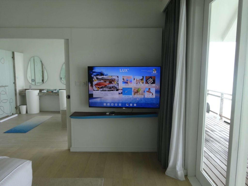 水上ヴィラには壁掛けのテレビが備え付けられています