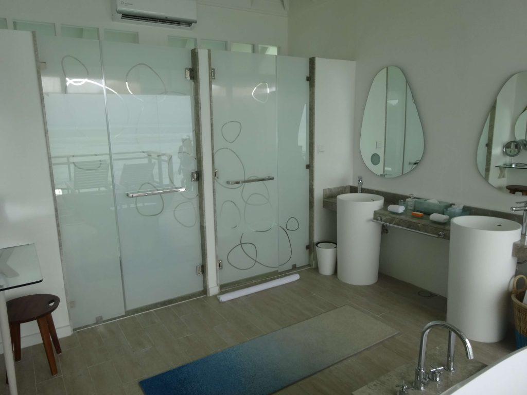 トイレとシャワーがあります