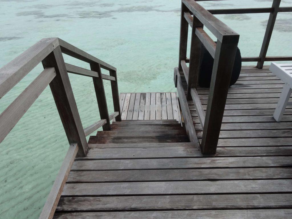 水上ヴィラの海へと降りる階段
