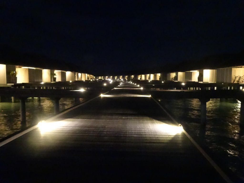 夜の水上ヴィラ