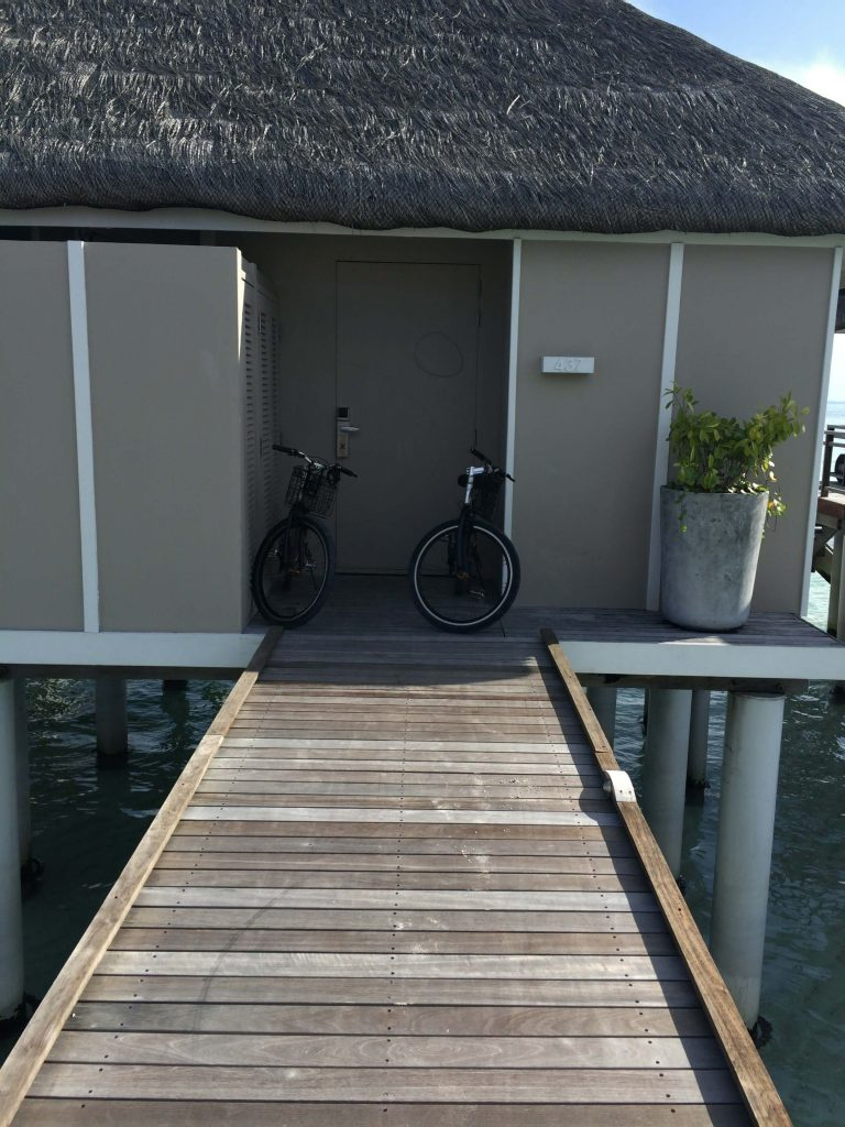 水上ヴィラの入り口には借りた自転車が置いてあります