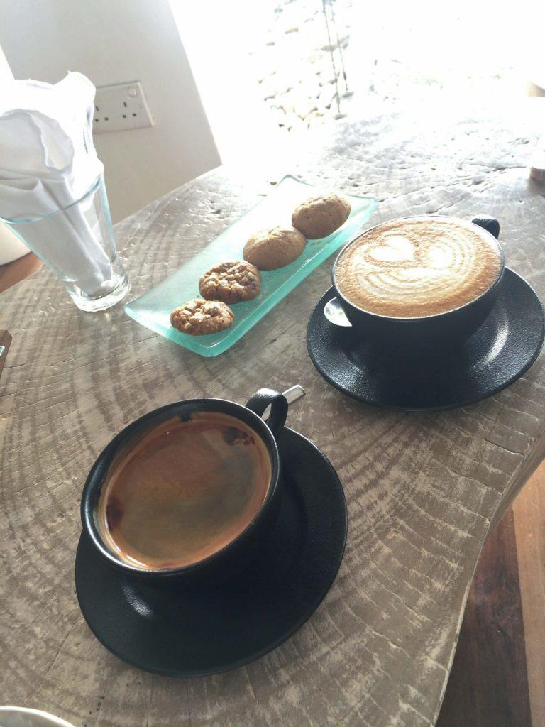 cafeのドリンクとクッキー